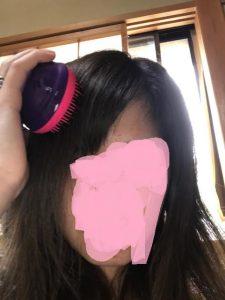 タングルティーザーで髪を梳いている写真