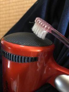 ドライヤーのフィルターの蓋が取り外せないので表面から歯ブラシでくうくるとお掃除